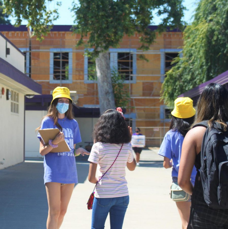 A LINK leader answered a question from a student during the campus tour.