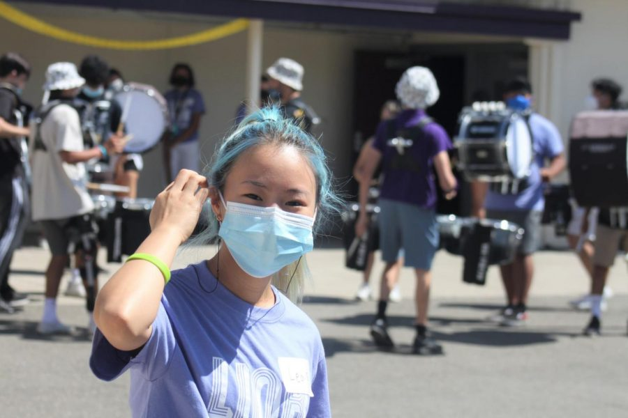 Link Leader smiling and Amador Valley Marching Band Drumline plays behind inviting all the new freshman and new students to the school.