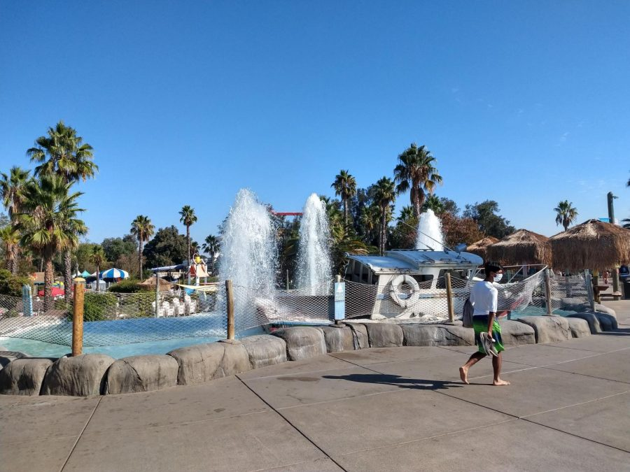 Walking in, you can see the fountain at a first glance. A wrecked boat at the center of the fountain is a reminder that it is a water park.